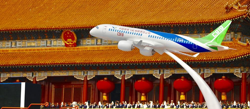 C919大型客机模型亮相新中国成立70周年庆祝活动.jpg
